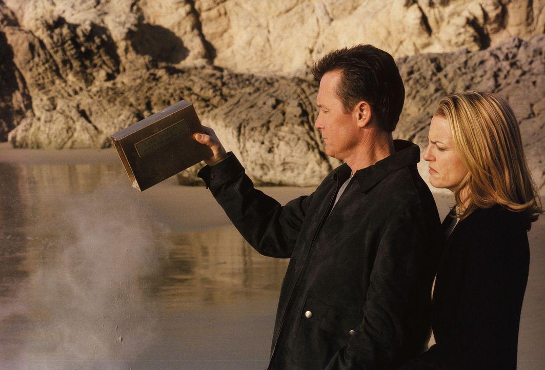 John Doggett (Robert Patrick, l.) und seine Ex-Frau Barbara (Barbara Patrick, r.) können endlich in Frieden Abschied von ihrem Sohn Luke nehmen, nac... - Bildquelle: TM +   Twentieth Century Fox Film Corporation. All Rights Reserved.