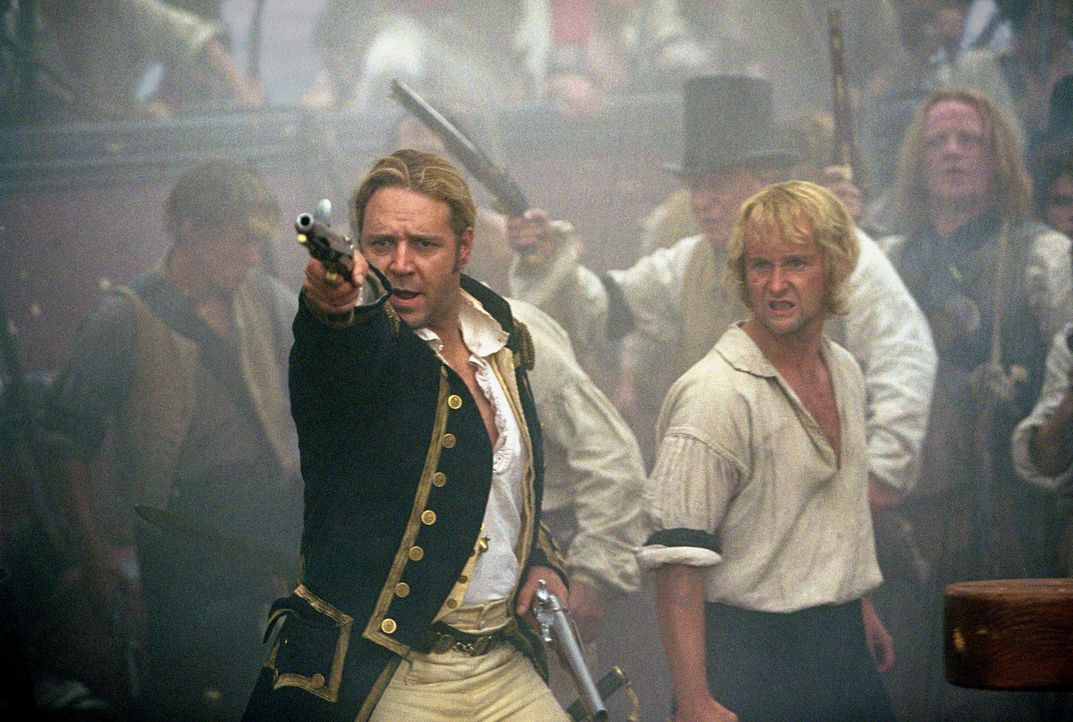 Kapitän Jack Aubrey (Russell Crowe, l.) und seine Crew (Billy Boyd, r.) werden mit einem übermächtigen Gegner konfrontiert, der ihnen eine empfindli... - Bildquelle: 2003 Twentieth Century Fox Film Corporation, Miramax Film Corp. and Universal City Studios LLLP. All rights reserved.