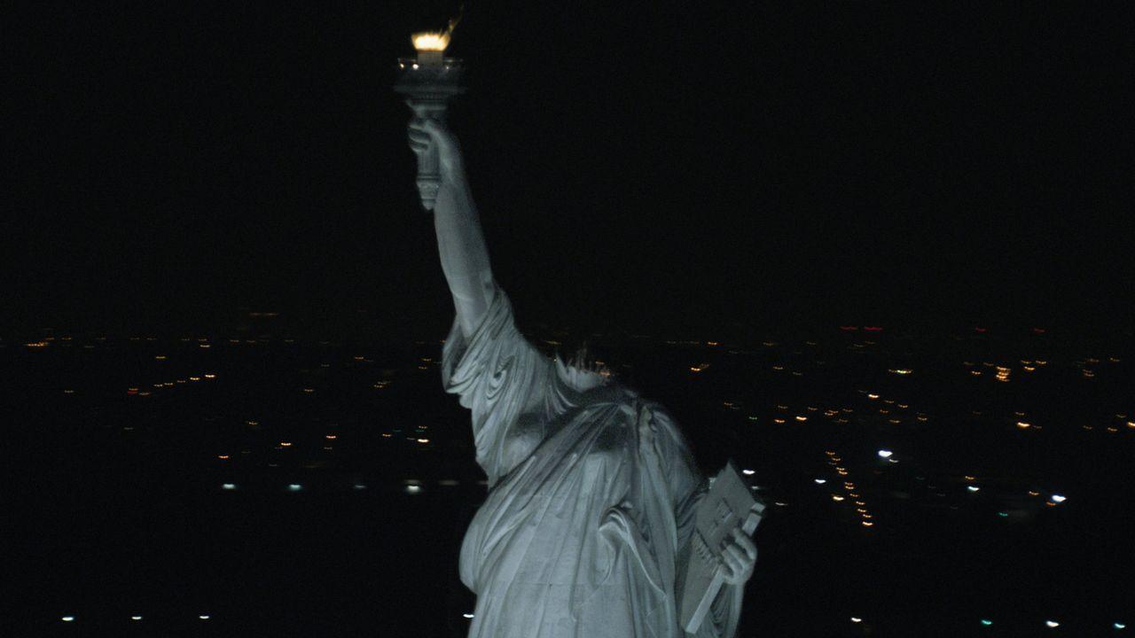 Irgendwer oder irgendetwas ist an Manhattans Küste an Land gestiegen und hat als erstes der Freiheitsstatue den Kopf abgebissen ... - Bildquelle: Paramount Pictures
