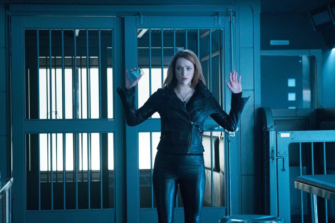 Bei einem Einbruchsversuch wird Jamie (Kristen Connolly) auf frischer Tat ertappt ... - Bildquelle: Shane Harvey 2017 CBS Broadcasting, Inc. All Rights Reserved