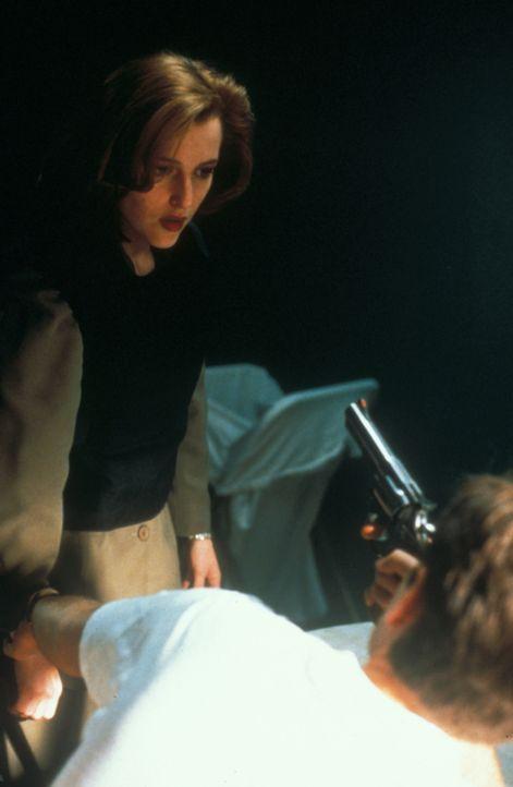 Wird Mulder (David Duchovny, r.) soeben von dem skrupellosen Mörder telepathisch beeinflusst? Oder richtet er aus eigenem Willen die Waffe auf Scull... - Bildquelle: TM +   Twentieth Century Fox Film Corporation. All Rights Reserved.
