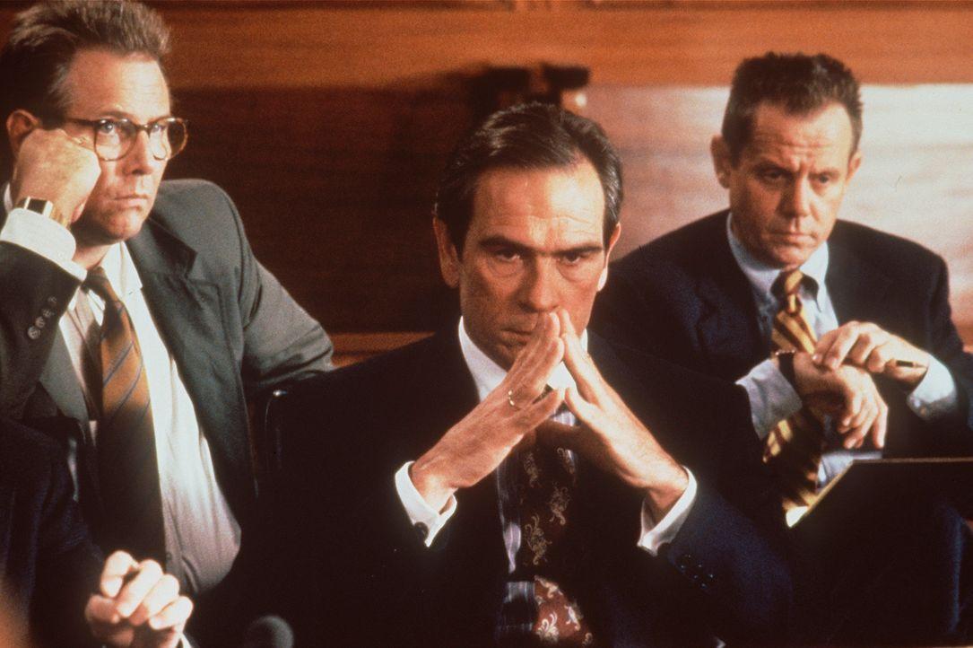 Der karrierebesessene Bundesstaatsanwalt Foltrigg (Tommy Lee Jones, M.) versucht gemeinsam mit seinen Kollegen McThune (J.T. Walsh, l.) und Wally Bo... - Bildquelle: Warner Bros.
