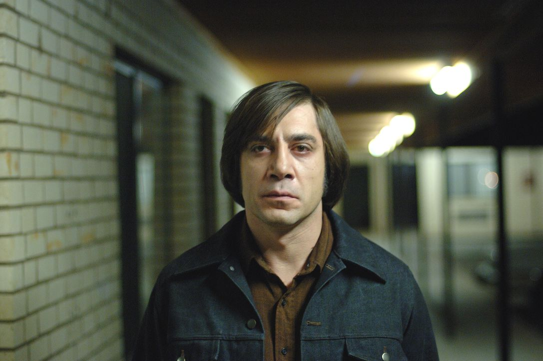 Lässt jeden, der ihm in die Quere kommt oder ihn nur nervt, ins Gras beißen: Anton Chigurh (Javier Bardem) ... - Bildquelle: 2008 by PARAMOUNT VANTAGE, a Division of PARAMOUNT PICTURES, and MIRAMAX FILM CORP. All Rights Reserved.