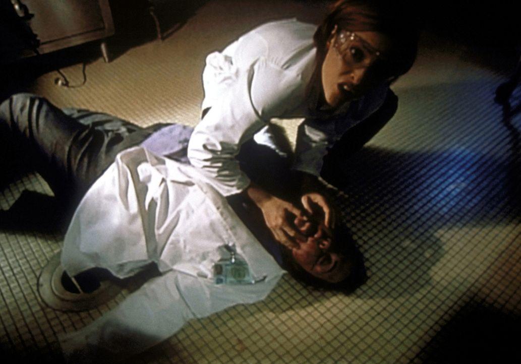 Scully (Gillian Anderson, oben) kümmert sich um die Gerichtsmedizinerin (Tara Karsian), die während einer Autopsie plötzlich Nasenbluten bekommen ha... - Bildquelle: TM +   2000 Twentieth Century Fox Film Corporation. All Rights Reserved.