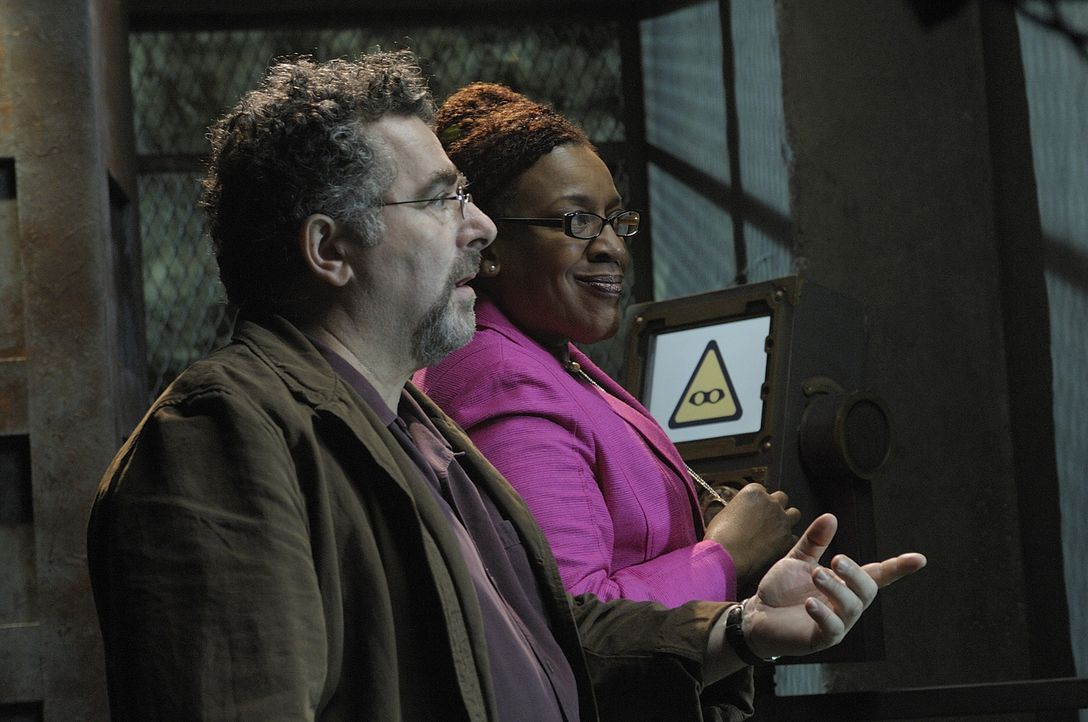 """Artie (Saul Rubinek, l.) und Mrs. Frederic (CCH Pounder, r.) wollen nachsehen, was MacPherson während seines Anschlags auf """"Warehouse 13"""" gestohlen... - Bildquelle: Philippe Bosse SCI FI Channel"""