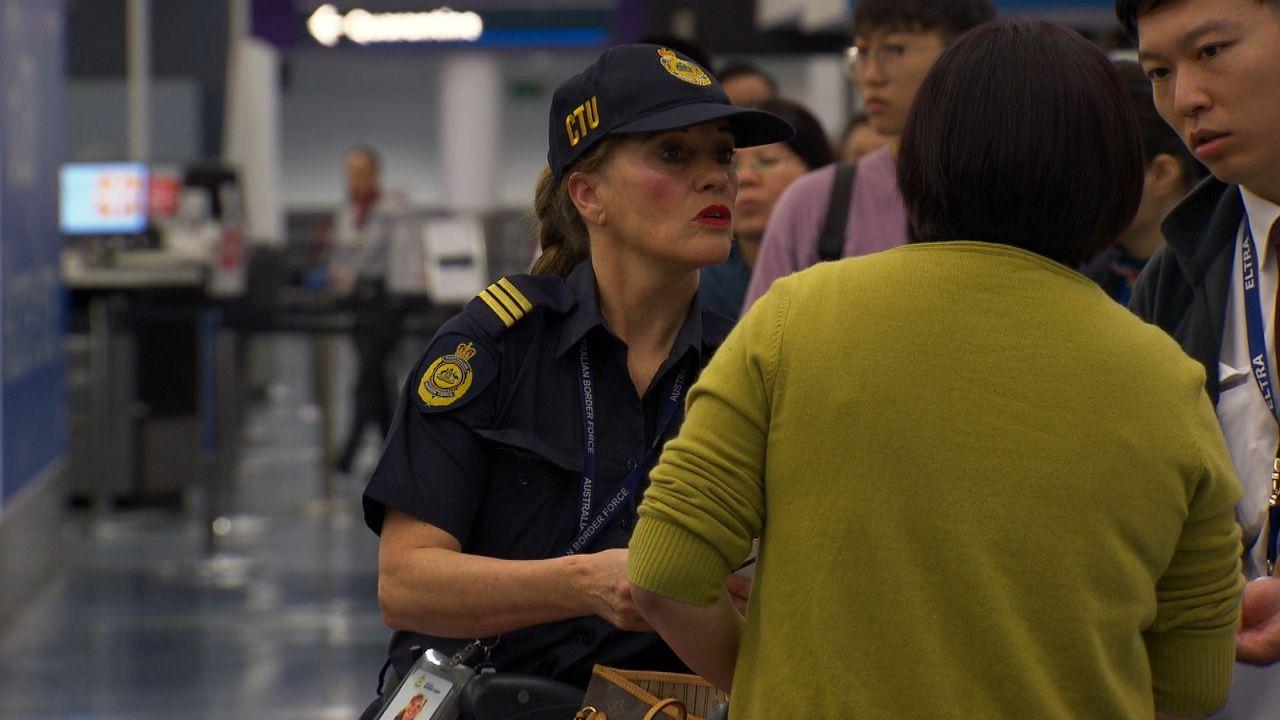Nachdem die Grenzpolizei das illegale Gepäck einer Frau beschlagnahmt, könne... - Bildquelle: 2019 Seven Network (Operations) Limited