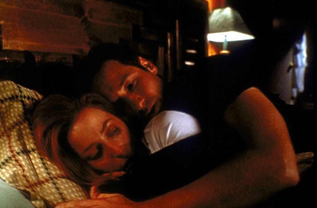 Mulder (David Duchovny) wärmt Scully (Gillian Anderson, vorne), nachdem sie mit dem Biogift von Außerirdischen in Berührung gekommen ist. - Bildquelle: TM +   2000 Twentieth Century Fox Film Corporation. All Rights Reserved.