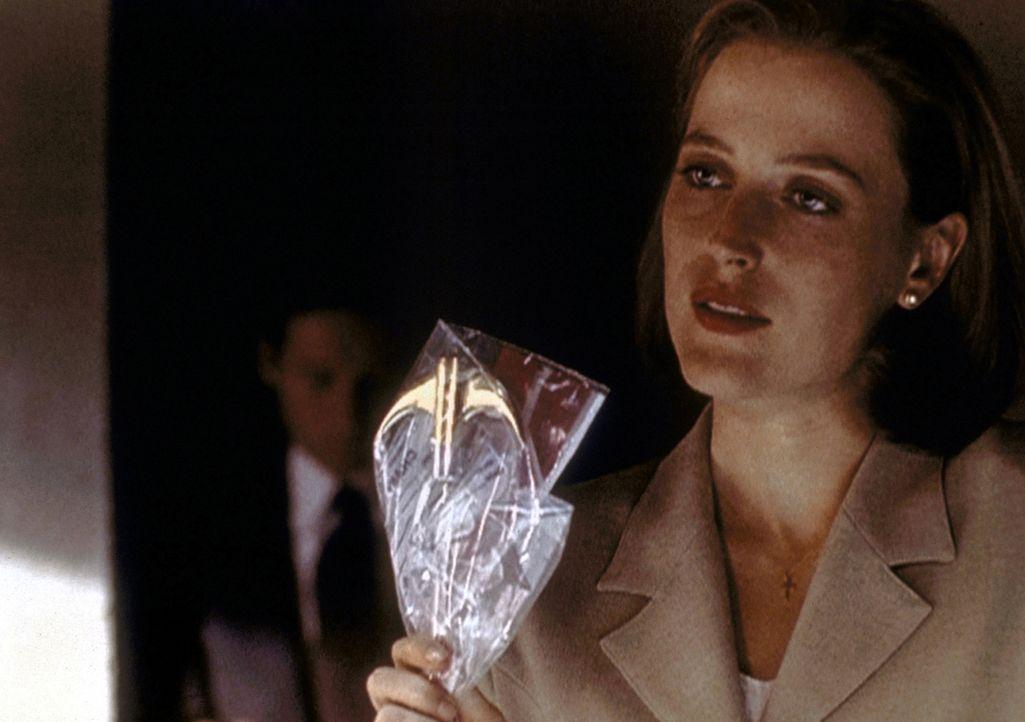 Scully (Gillian Anderson) konfrontiert den mutmaßlichen Entführer mit einem Werkzeug, das jemand als Mordinstrument benutzt hat. - Bildquelle: TM +   2000 Twentieth Century Fox Film Corporation. All Rights Reserved.