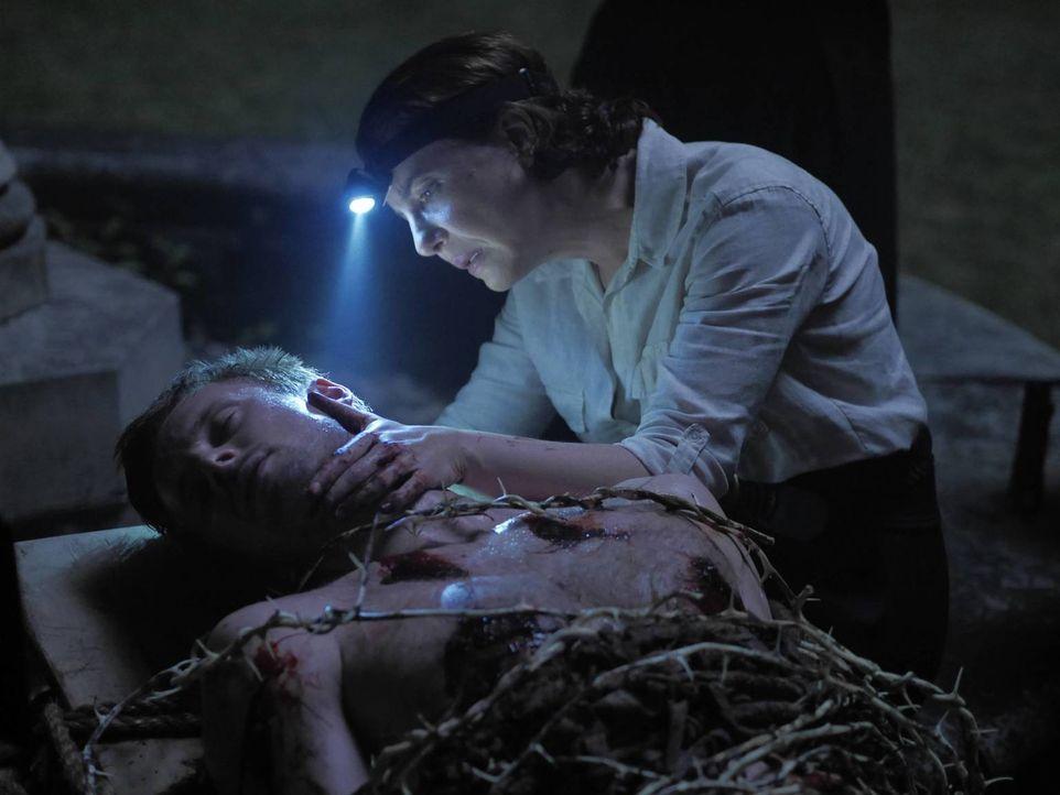 Ausgerechnet bei Schwester Greta (Robin Weigert, r.) sucht Damien (Bradley James, l.) Rat und diese nutzt ihre Chance, um ein Ritual abzuhalten, mit... - Bildquelle: 2016 A&E Television Network, LLC. All rights reserved.