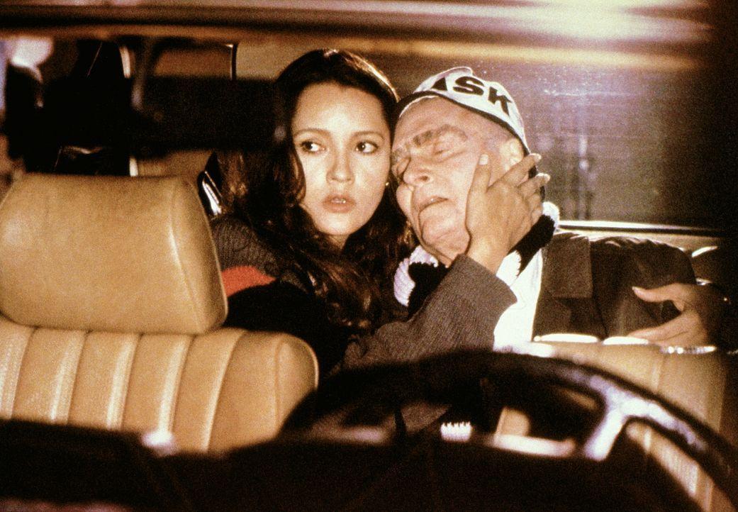 Der Plan ging auf: Kathy (Barbara Carrera, l.) und der als Fußballfan getarnte Führer-stellvertreter Rudolf Hess (Laurence Olivier, r.) auf dem Weg... - Bildquelle: Universal Pictures