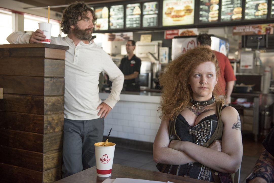 Chip (Zach Galifianakis) muss sich um Trinity (Mary Wiseman, r.), eine alte Bekannte aus seiner Obdachlosen-Zeit, kümmern ... - Bildquelle: 2017 Fox and its related entities.  All rights reserved.