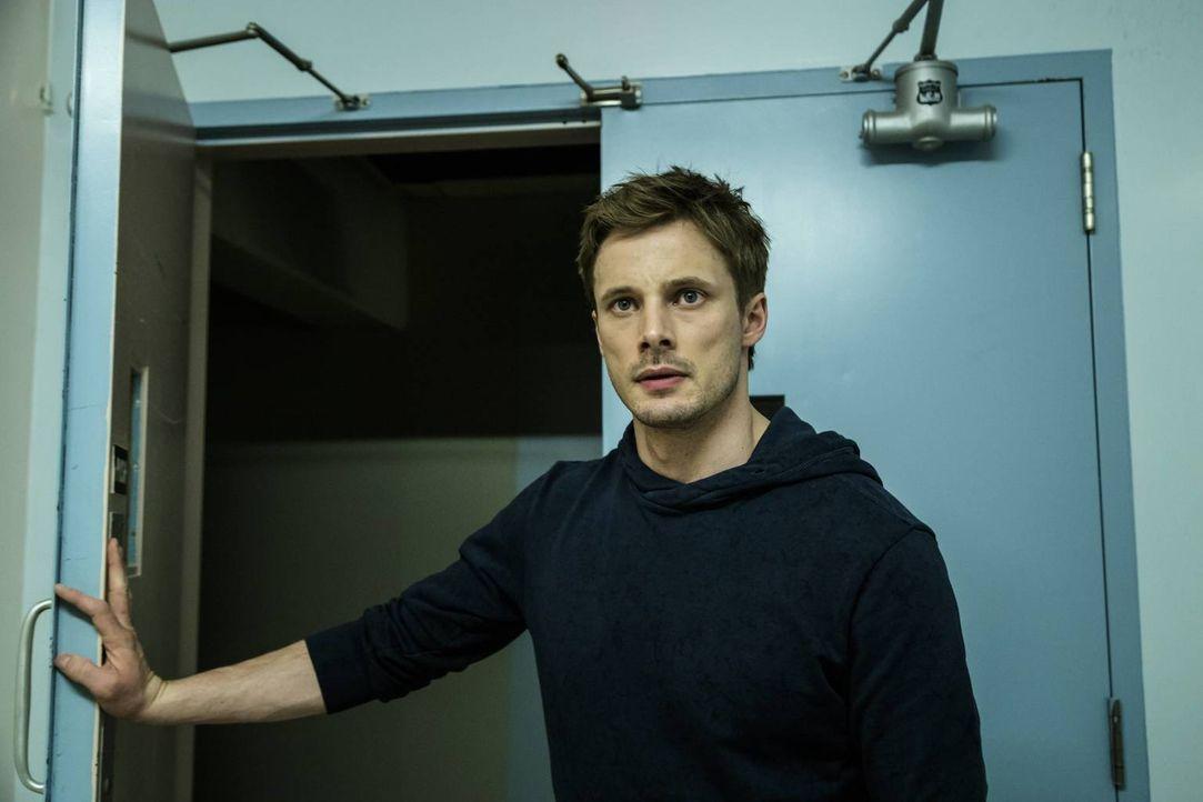 Sieben seltsame und entsetztliche Ereignisse führen Damien (Bradley James) immer weiter in die Tiefen seiner eigenen Identität und er muss sich eing... - Bildquelle: Jan Thijs 2016 A&E Television Network, LLC. All rights reserved.