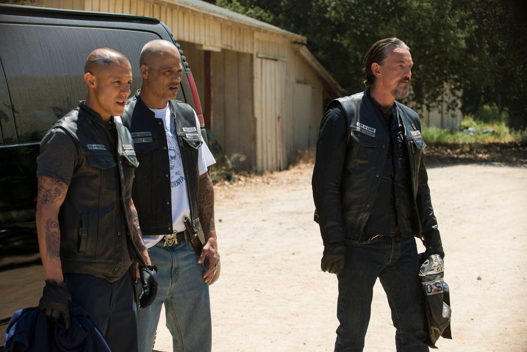 Werden Juice (Theo Rossi, l.), Happy (David Labrava, M.) und Chibs (Tommy Flanagan, r.) ihrem neuen Anführer bedingungslos folgen? - Bildquelle: 2012 Twentieth Century Fox Film Corporation and Bluebush Productions, LLC. All rights reserved.
