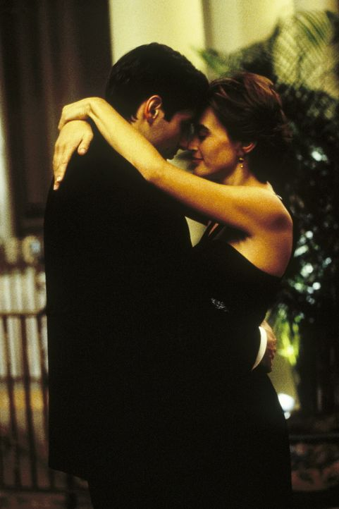 Mulder (David Duchovny, l.) trifft nach zehn Jahren seine ehemalige englische Freundin Phoebe Greene (Amanda Pays, r.) wieder, die jetzt für Scotla... - Bildquelle: TM +   Twentieth Century Fox Film Corporation. All Rights Reserved.