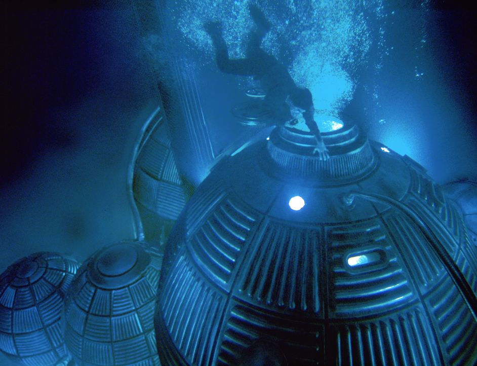 Gefährlicher Tauchgang: Dr. Norman Goodman (Dustin Hoffman) erreicht das Raumschiff auf dem Meeresgrund. - Bildquelle: Warner Bros. Pictures