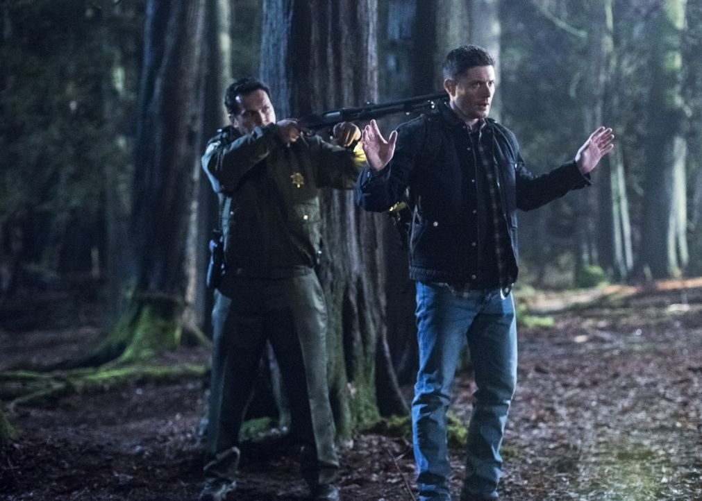 Sheriff Mason (Adam Beach, l.); Dean Winchester (Jensen Ackles, r.) - Bildquelle: Dean Buscher 2018 The CW Network, LLC All Rights Reserved / Dean Buscher
