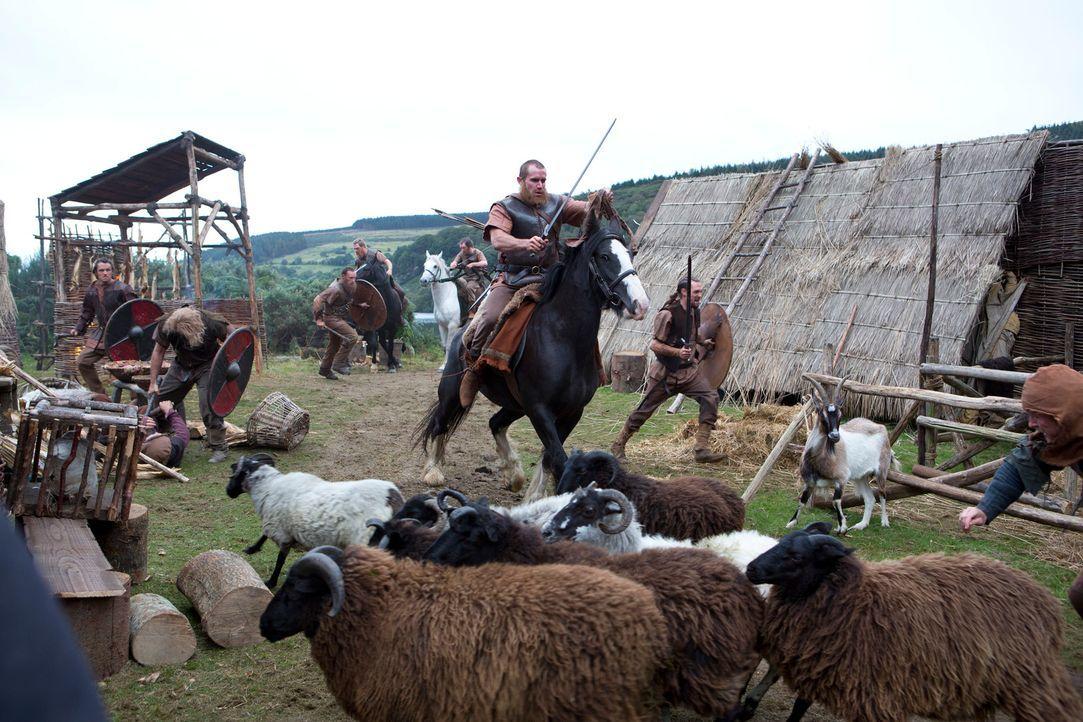 Weil der Earl Angst davor hat, dass Ragnar zu viel Macht und Einfluss gewinnen könne, schickt er seine Truppen auf dessen Hof. Dort machen seine Män... - Bildquelle: 2013 TM TELEVISION PRODUCTIONS LIMITED/T5 VIKINGS PRODUCTIONS INC. ALL RIGHTS RESERVED.