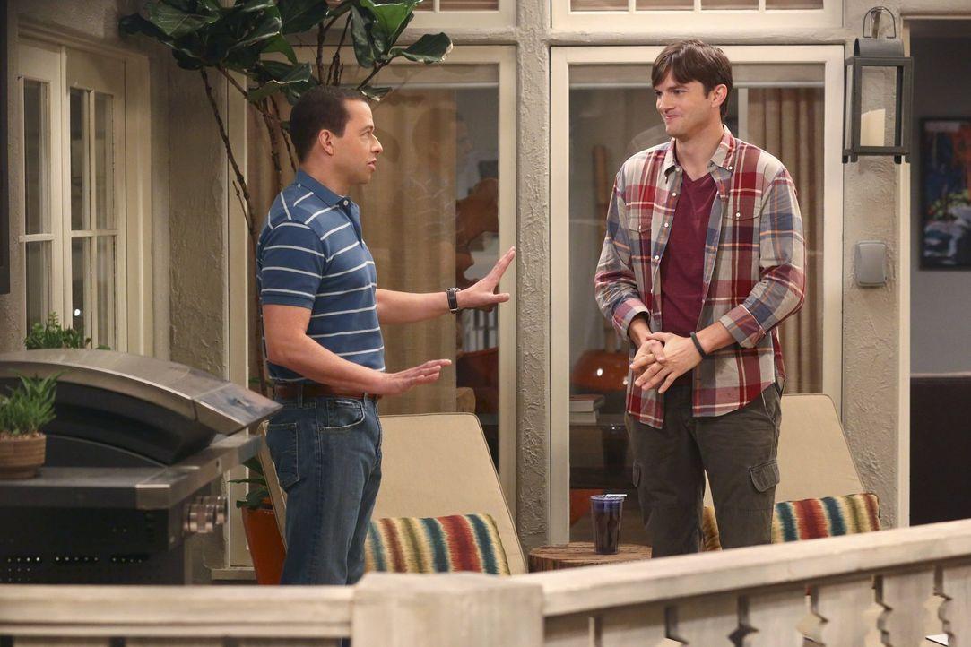 Walden (Ashton Kutcher, r.) und Alan (Jon Cryer, l.) wollen heiraten, doch als Alan einen Ehevertrag unterschreiben soll, steht die geplante Zeremon... - Bildquelle: Warner Brothers Entertainment Inc.
