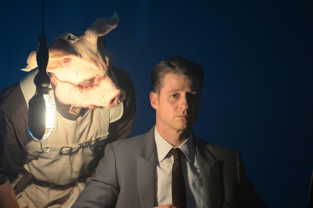 Professor Pyg (Michael Cerveris, l.) spielt weiterhin seine Spielchen mit Gotham und bindet dabei nur allzu gerne Gordon (Ben McKenzie, r.) mit ein... - Bildquelle: 2017 Warner Bros.