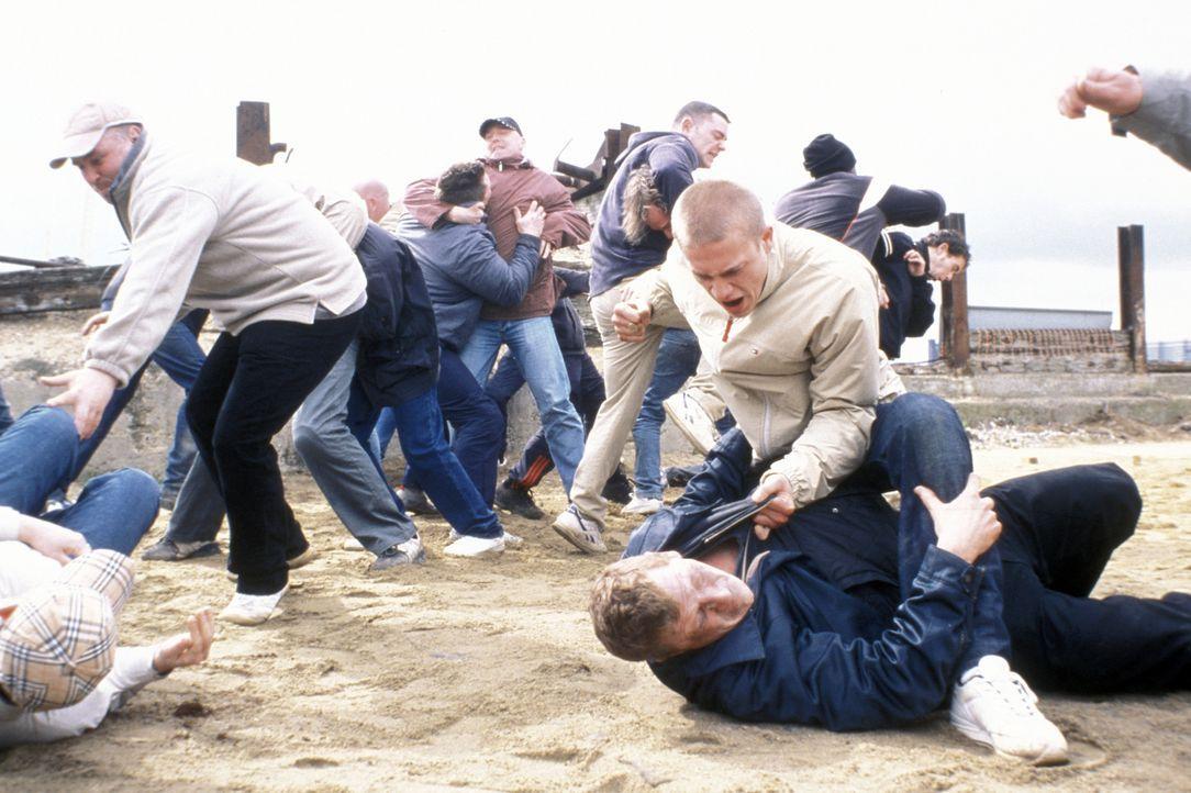 Die angeblichen Fans treffen aufeinander. Brutal schlägt Pete (Charlie Hunnam, M.) auf den am Boden liegenden Tommy (Geoff Bell) ein ... - Bildquelle: Odd Lot Entertainment