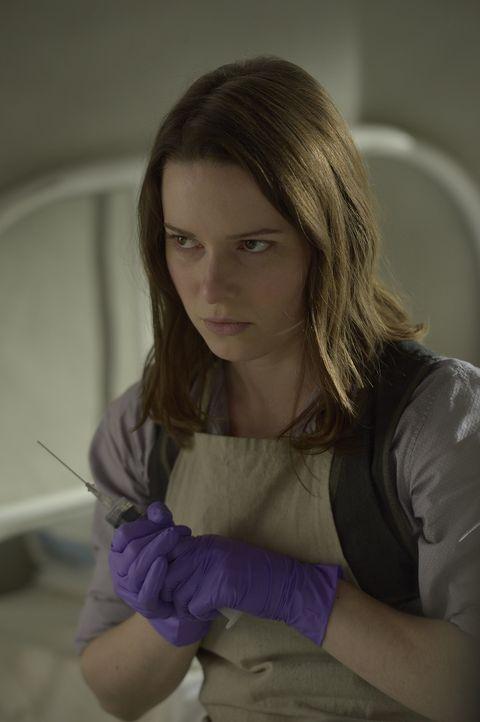 Wie weit würde Schwester Amy (Alison Louder) gehen, um sich ihren sehnlichsten Wunsch nach Unsterblichkeit erfüllen zu können? - Bildquelle: Philippe Bosse 2014 Syfy Media, LLC