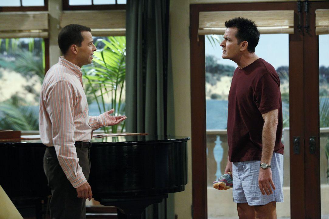 Eines Morgens beobachten Charlie (Charlie Sheen r.) und Alan (Jon Cryer, l.) zwei Mädchen, die sich Jakes Zimmer schleichen und sind schockiert ... - Bildquelle: Warner Bros. Television