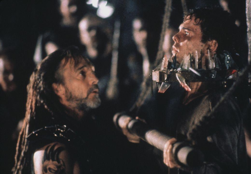 Marek (Stuart Wilson, l.), der sadistische Führer der Outsider, spielt mit Casey (Kevin Dillon, r.) ein grausames Spiel ... - Bildquelle: Columbia Tristar International Television