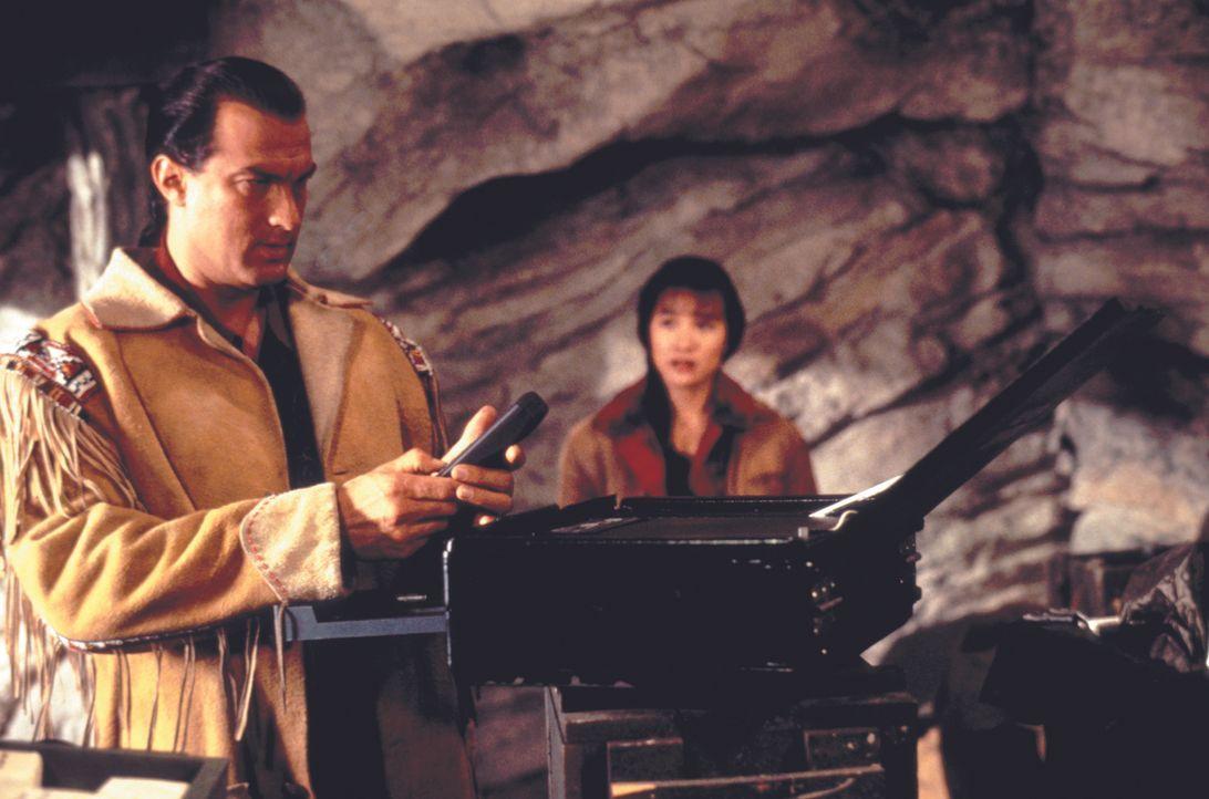 Als Sprengstoffexperte Forrest Taft (Steven Seagal, l.) die schöne Masu (Joan Chen, r.) kennenlernt, ist er sofort begeistert. - Bildquelle: Warner Bros.