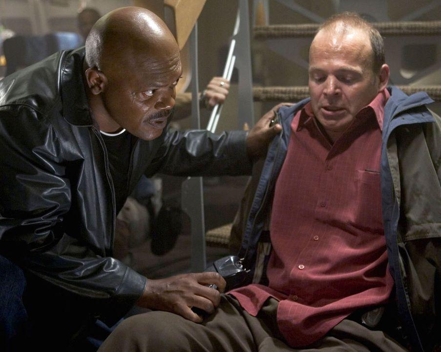 So hatte er sich seinen Einsatz an Bord nicht vorgestellt: FBI-Agent Neville Flynn (Samuel L. Jackson, l.) versucht, den völlig verängstigten Flugga... - Bildquelle: Warner Brothers