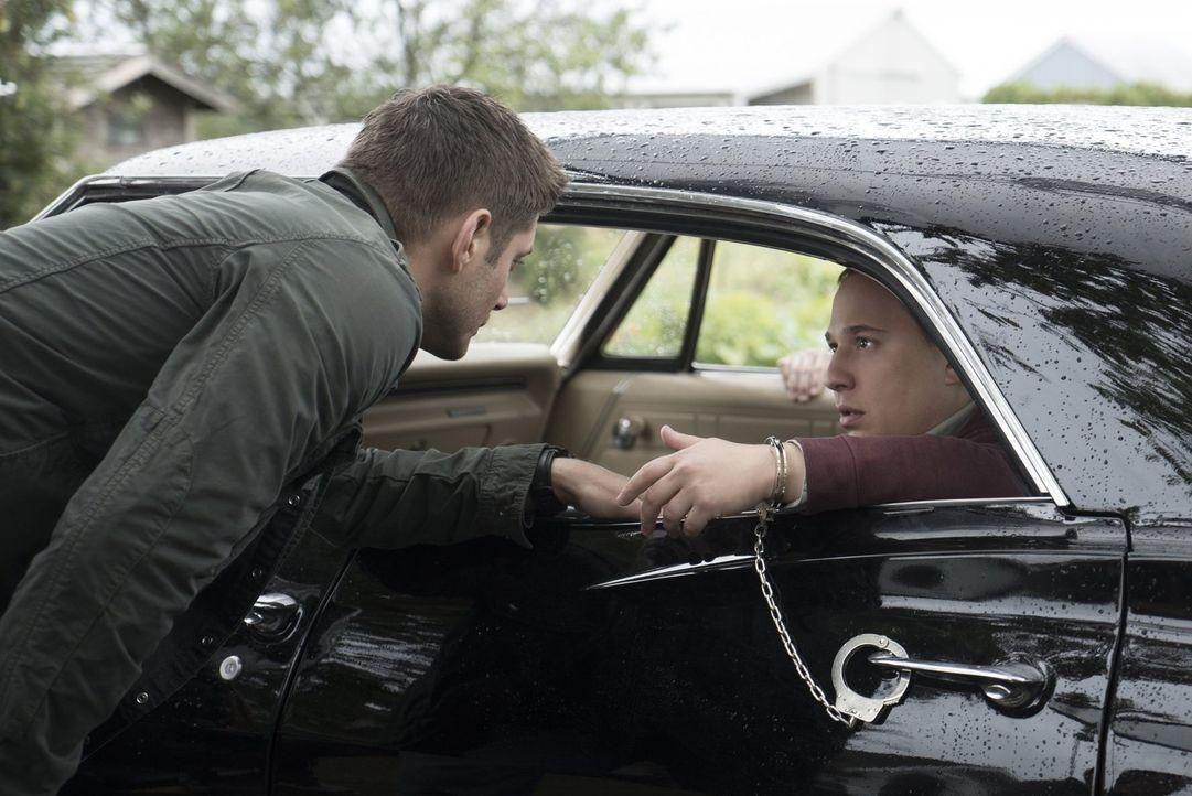 Kann der neugierige Lizzie-Superfan Len (Jared Gertner, r.) Dean (Jensen Ackles, l.) wichtige Hinweise darauf geben, was wirklich für die seltsamen... - Bildquelle: 2014 Warner Brothers