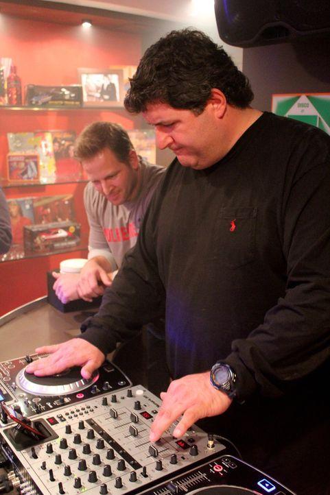 Für die Disco-Höhle von Antony baut das Man Caves-Team Jason Cameron (l). und Tony Siragusa (r.) sogar eine richtige DJ-Anlage in den Keller ... - Bildquelle: Nathan Frye 2011, DIY Network/Scripps Networks, LLC. All Rights Reserved