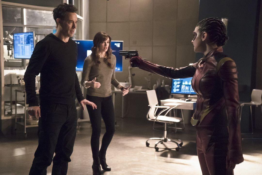 Eliza alias Trajectory (Allison Paige, r.) bringt Dr. Wells (Tom Cavanagh, l.) und Caitlin (Danielle Panabaker, M.) dazu, ihr neues V-9 herzustellen... - Bildquelle: Warner Bros. Entertainment, Inc.