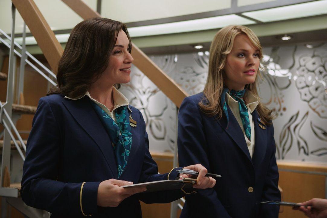 Beim Abflug scheint die Welt noch in Ordnung: Die Flugbegleiterinnen Claire Miller (Julianna Margulies, l.) und Tiffany (Sunny Mabrey, r.) ahnen nic... - Bildquelle: Warner Brothers