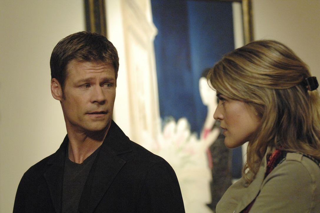 Tom (Joel Gretsch, l.) ist wieder einmal in der Galerie und betrachtet das Gemälde von Alana. Als Meghan (Jenni Baird, r.) hinzukommt, macht sie ihm... - Bildquelle: Viacom Productions Inc.