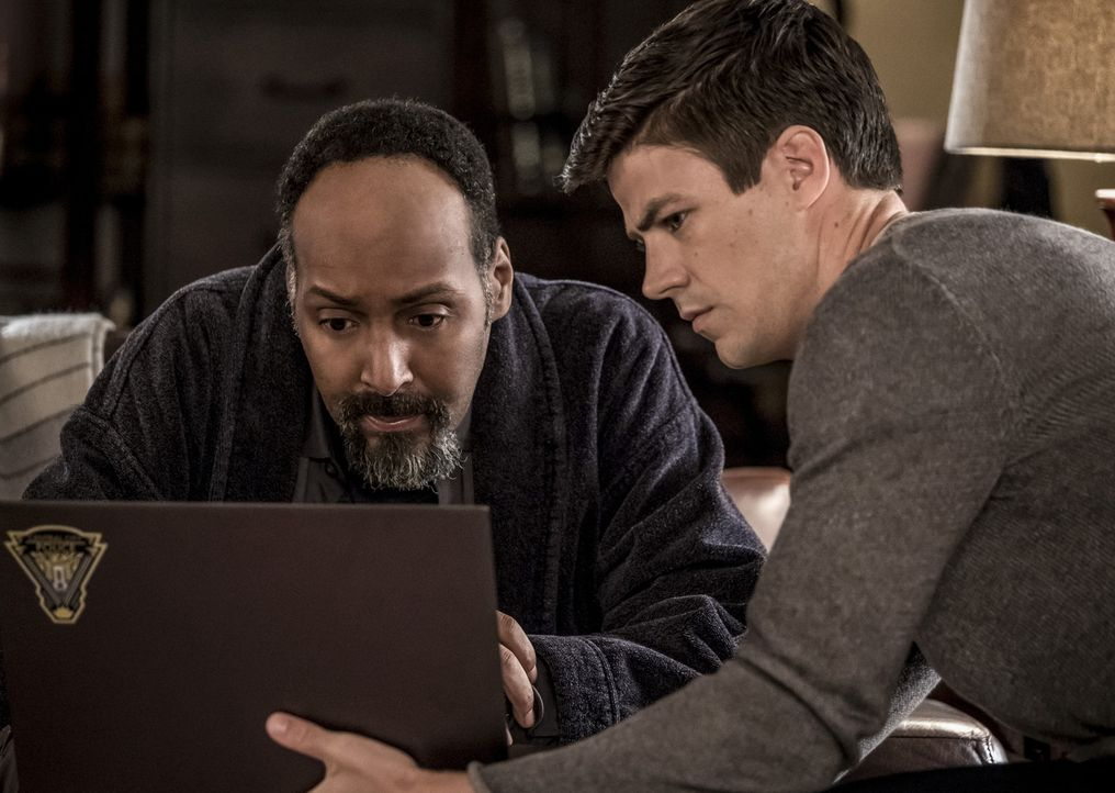 Joe (Jesse L. Martin, l.); Barry (Grant Gustin, r.) - Bildquelle: Katie Yu 2018 The CW Network, LLC. All rights reserved.