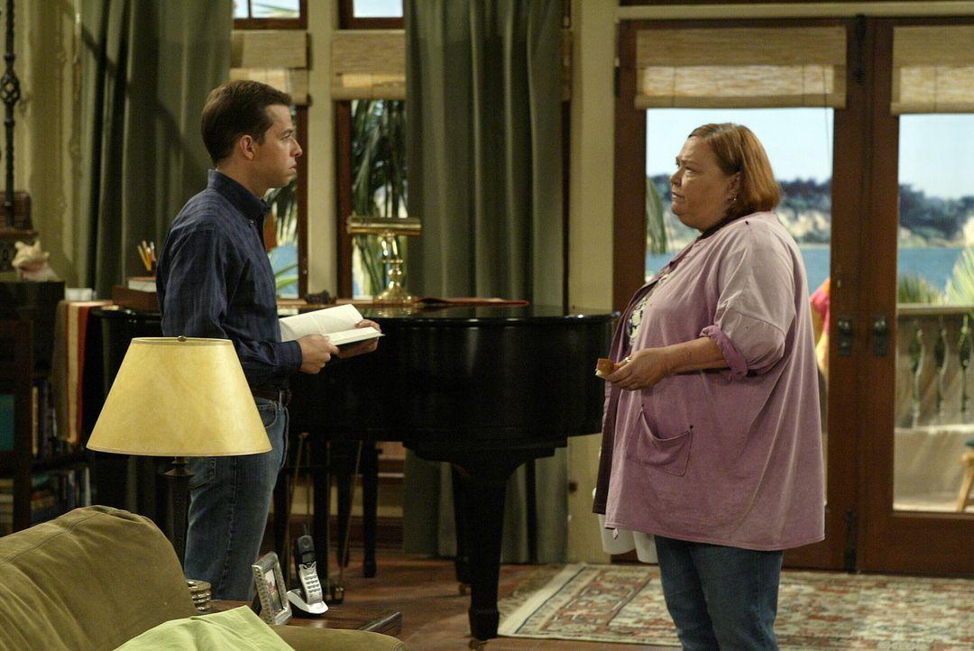 Haben Berta (Conchata Ferrell, r.) und Alan (Jon Cryer, l.) eine Auseinandersetzung? - Bildquelle: Warner Brothers Entertainment Inc.