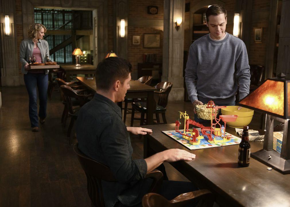 (v.l.n.r.) Mary Winchester (Samantha Smith); Dean Winchester (Jensen Ackles); Jack (Alexander Calvert) - Bildquelle: Diyah Pera 2018 The CW Network, LLC All Rights Reserved / Diyah Pera