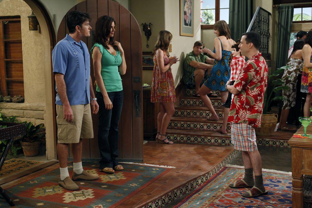 Charlie (Charlie Sheen, l.) und Chelsea (Jennifer Taylor, 2.v.l.) sind völlig genervt, als Alan (Jon Cryer, r.) mit Melissa eine nicht angekündigte... - Bildquelle: Warner Bros. Television