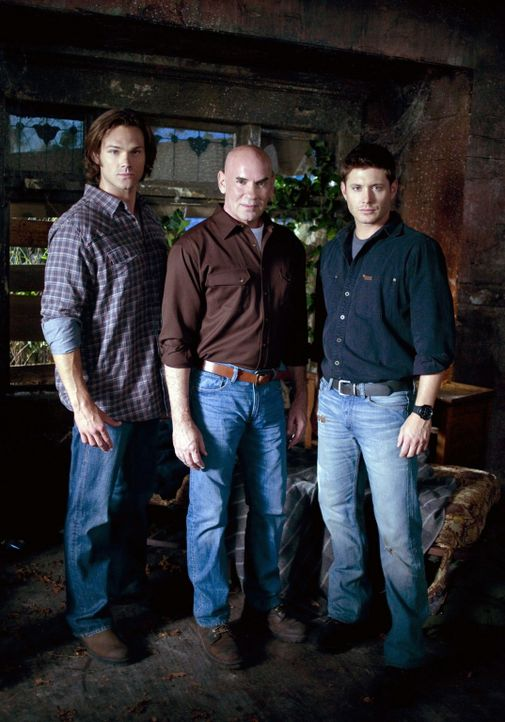 Mit der Wiederauferstehung von Sam (Jared Padalecki, r.) und Samuel Campbell (Mitch Pileggi, l.) muss  Dean (Jensen Ackles, M.) erst einmal klarkomm... - Bildquelle: Warner Bros. Television