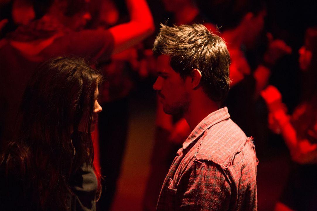 Aus einer zufälligen Begegnung entwickelt sich für Nikki (Marie Avgeropoulos, l.) und Cam (Taylor Lautner, r.) eine Liebesbeziehung, die den jungen... - Bildquelle: David Dougan 2013 Melbarken Inc