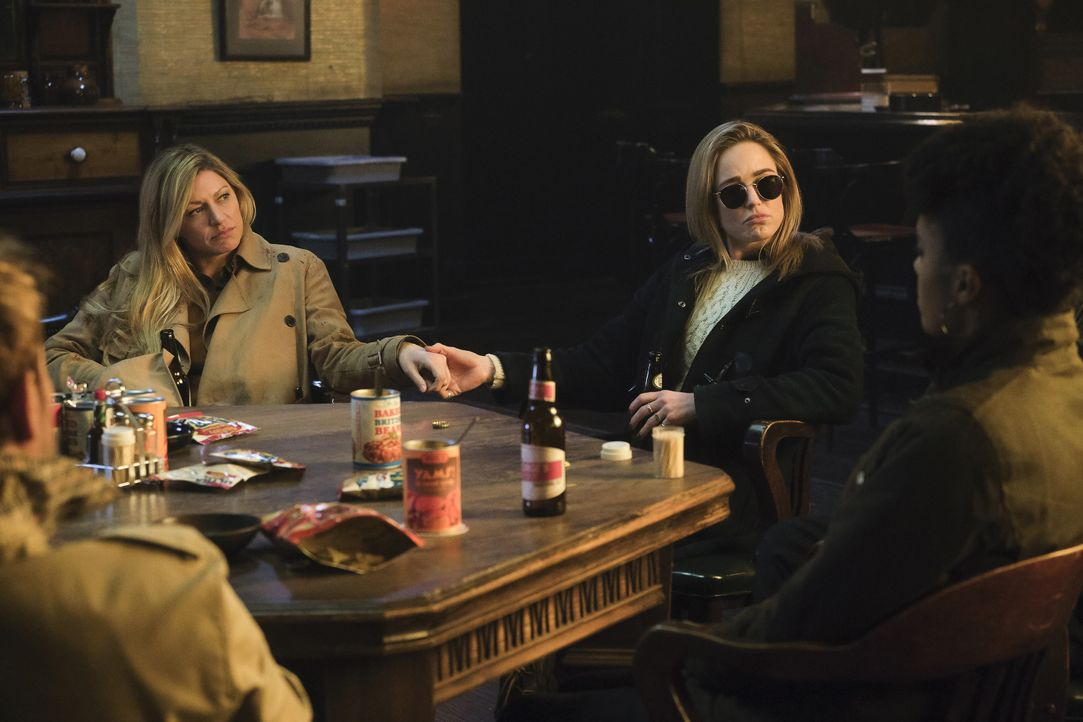 Ava Sharpe (Jes Macallan, l.); Sara Lance (Caity Lotz, r.) - Bildquelle: 2019 The CW Network, LLC. All rights reserved.