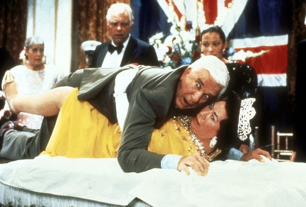 Voller Körpereinsatz: Waagemutig verhindert Lt. Frank Drebin (Leslie Nielsen, oben) ein Attentat auf Queen Elisabeth (Jeannette Charles, unten). - Bildquelle: Paramount Pictures