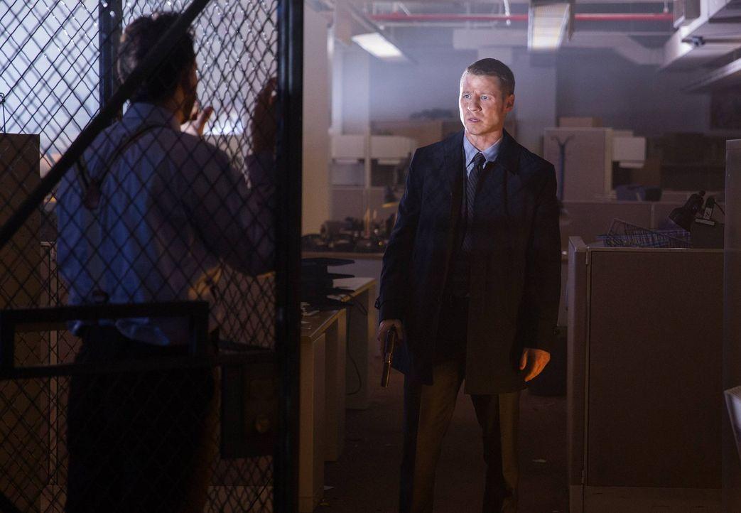 Bei den Ermittlungen in einem neuen Fall macht Gordon (Ben McKenzie, r.) eine erschreckende Entdeckung ... - Bildquelle: Warner Bros. Entertainment, Inc.
