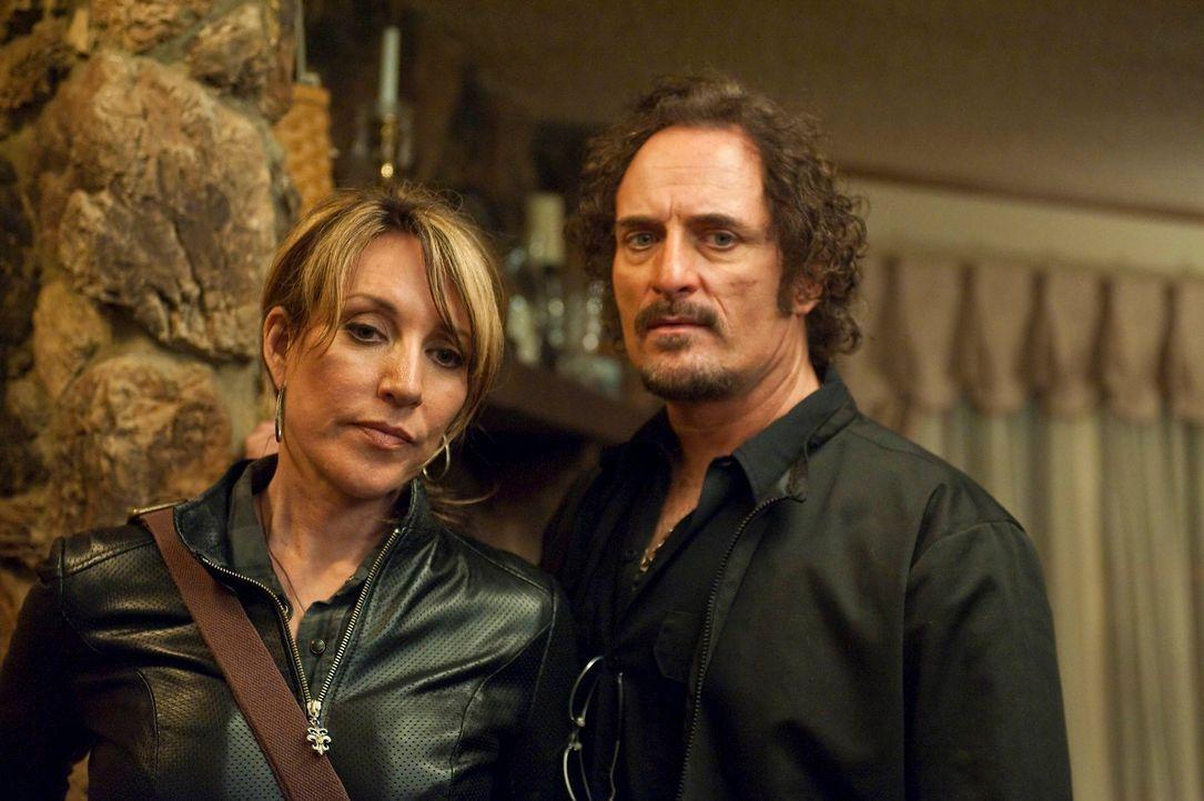 Tig (Kim Coates, r.) hat den Auftrag, Gemma (Katey Sagal, l.) vor Zobelle und seinen Leuten zu beschützen ... - Bildquelle: 2010 FX Networks, LLC. All rights reserved.