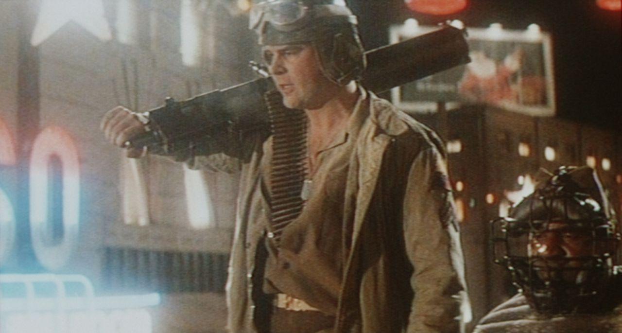 Auch Sergeant Tree (Dan Aykroyd) ist mit von der Partie und versucht, mit seinem Panzer Hollywood zu retten ... - Bildquelle: Universal Pictures