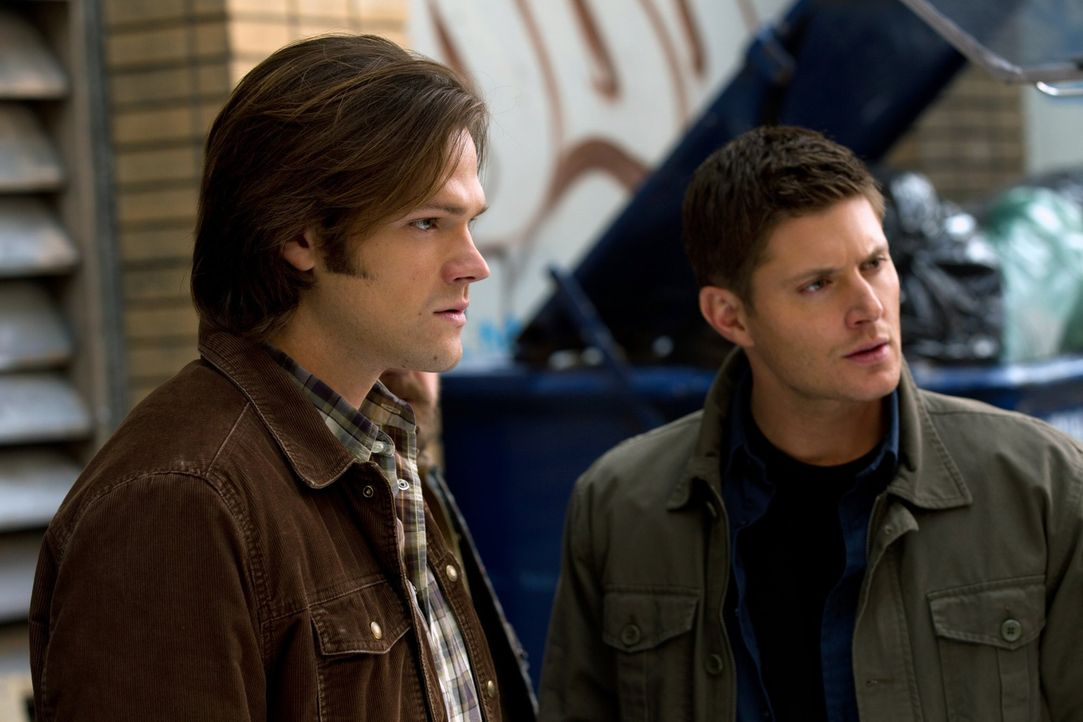 Verzweifelt versucht Dean (Jensen Ackles, r.), seinen Bruder zu retten, aber Sam (Jared Padalecki, l.) kann sich nur selber aus den Tiefen seines Be... - Bildquelle: Warner Bros. Television
