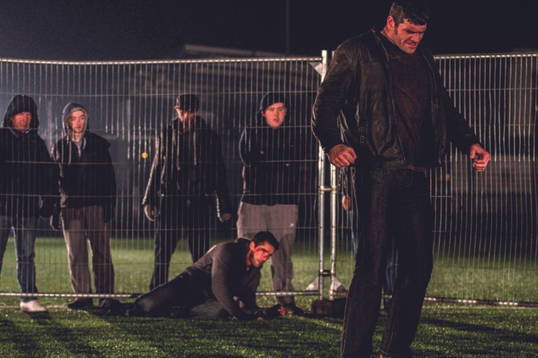 Obwohl er mittlerweile eigentlich eine anerkannte Kampfgruppe in Großbritannien leitet, kehrt Danny (Scott Adkins, liegend) zu den Hooligans der Gre... - Bildquelle: 2013 ASCOT ELITE Home Entertainment GmbH. Alle Rechte vorbehalten.