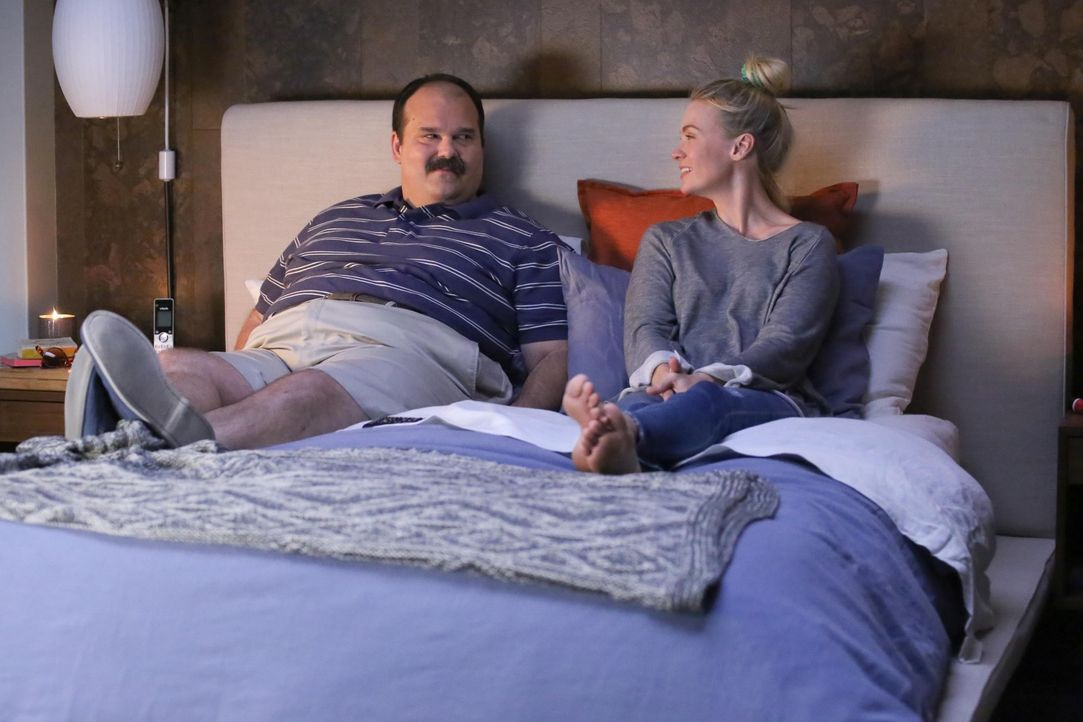 Finden Todd (Mel Rodriguez, l.) und Melissa (January Jones, r.) wieder zueinander oder wird Todd endlich zu seiner Beziehung mit Gail stehen? - Bildquelle: 2015-2016 Fox and its related entities.  All rights reserved.