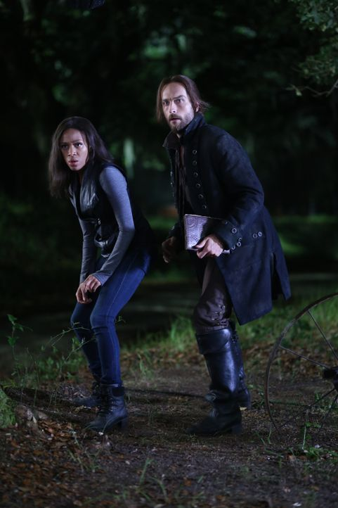 Ist es wirklich eine gute Entscheidung, als Ichabod (Tom Mison, r.) und Abbie (Nicole Beharie, l.) ein Monster zum Leben erwecken, um Katrina zu ret... - Bildquelle: 2014 Fox and its related entities. All rights reserved.