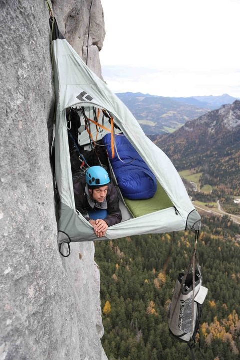 An einer 300 Meter senkrecht abfallenden Felswand übernachten: ProSieben MAXX-Reporter Harro Füllgrabe nimmt jede Herausforderung an, egal wie wahns... - Bildquelle: ProSieben MAXX